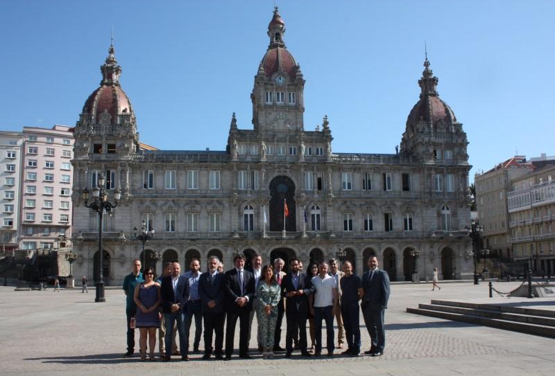 Foto de todos los socios de AGERAR junto a la conselleira de Medio Ambiente e Ordenación do Territorio, Beatriz Mato Otero, en la plaza de María Pita